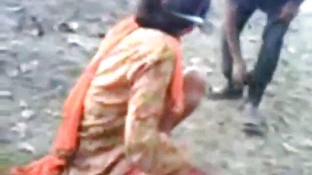 एक अनुभवी बॉक्सर ने एक पंखे को अपने घुटनों पर रखा और उसे एक गाल दिया, और बॉलीवुड की फुल सेक्सी मूवी दूसरा स्तन के लिए उखड़ने लगा