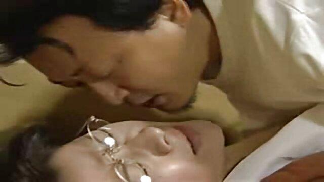 तहखाने में बच्चे को मारते हुए सेक्सी पिक्चर हिंदी फुल मूवी भयंकर चूजों ने उसे छत से लटका दिया